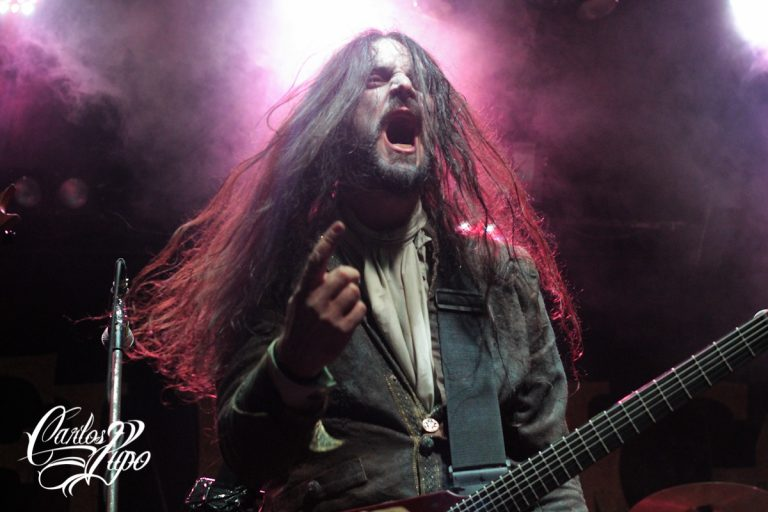 Francesco Paoli, que deixou o posto de baterista após a saída de Tommaso Riccardi e assumiu novamente os vocais, durante o show em São Paulo no ano passado