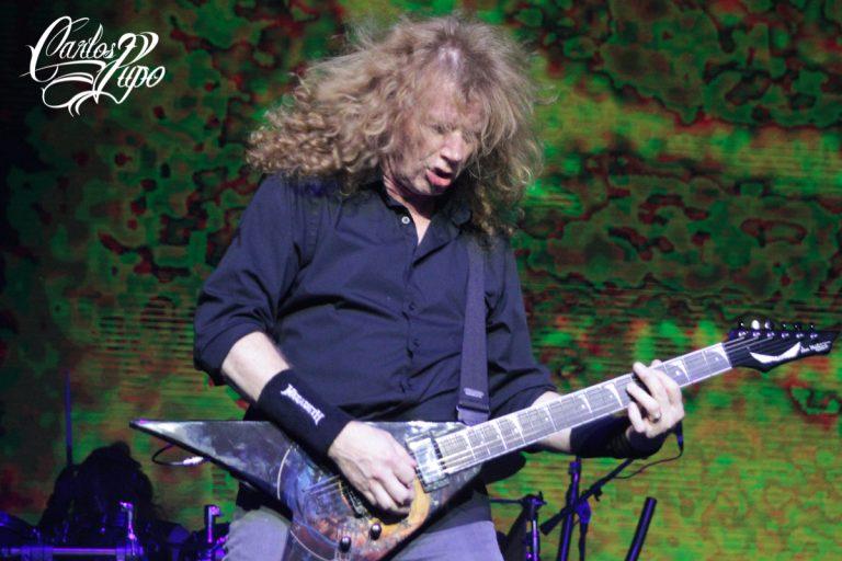 Dave Mustaine demonstrando muita energia no palco