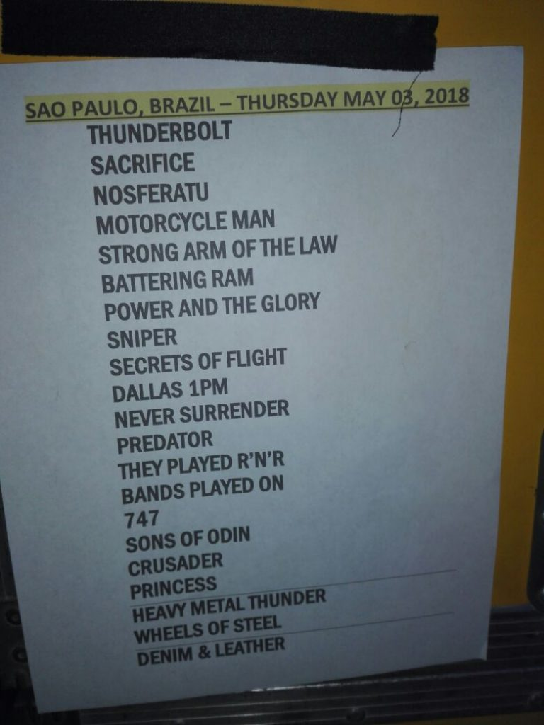 "Setlist sem as músicas ""Broken Heroes"" e ""Ride Like the Wind"""