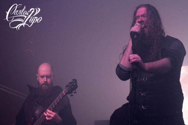 """O baixista Hugh """"Skoll"""" Mingay e o vocalista Simen """"ICS Vortex"""" Hestnæs durante a apresentação no Fabrique, em São Paulo"""