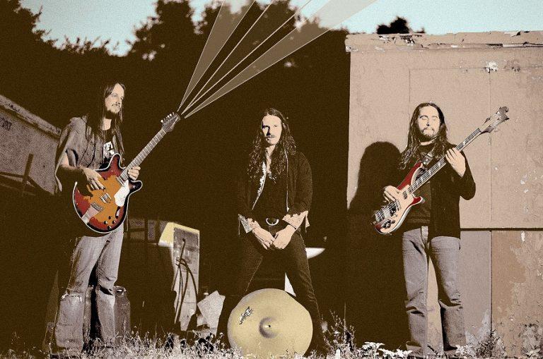 Power trio norte-americano divulga o eletrizante 5º álbum 'New Beginnings', lançado pela Abraxas Records