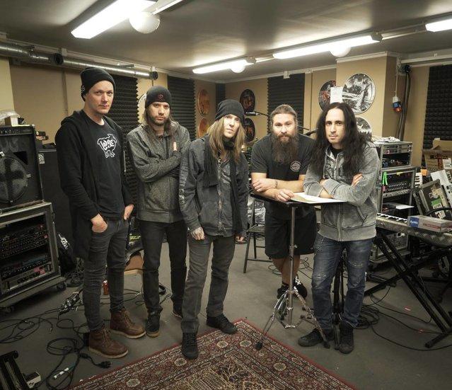 O grupo entrou no Danger Johnny Studio com o produtor Mikko Karmil para iniciar as gravações do 10º álbum de estúdio da carreira