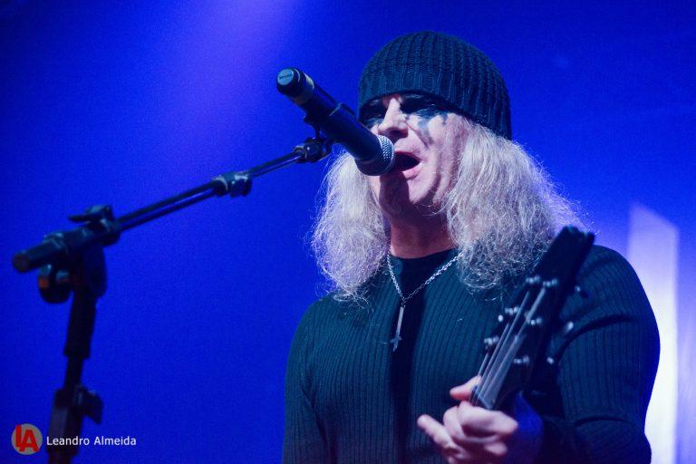 O vocalista e guitarrista Tom G. Warrior à frente da banda Triptykon no show em São Paulo