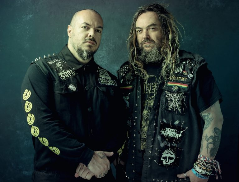 Os irmãos Cavalera executam clássicos de Beneath the Remains (1989) e Arise (1991)