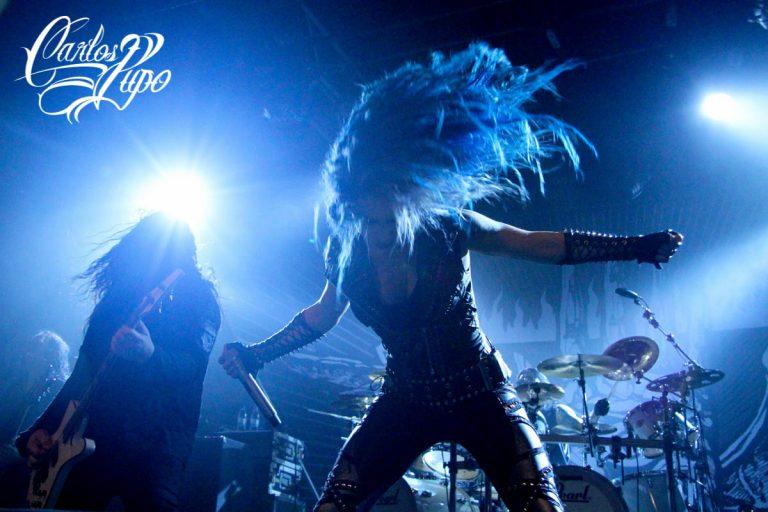 Alissa White-Gluz com sua energia à frente do Arch Enemy