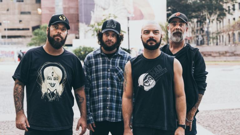 O quarteto cearense é formado por Felipe Cazaux (guitarra/voz), Renan Maia (baixo), Capoo Polacco (guitarra) e PH Barcellos (bateria)