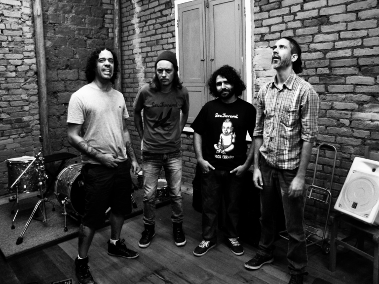 """Primeira gravação da banda desde o elogiado álbum """"Rock Errado"""" de 2015, a música também fará parte do novo álbum do grupo a ser lançado em 2019"""