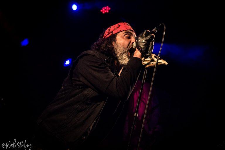 O vocalista Vladimir Korg, um dos grandes nomes da cena underground brasileira.