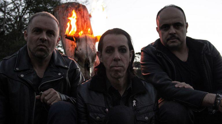 """""""Rites of Fire"""", álbum de estreia do trio curitibano, será lançado no dia 18 de outubro"""