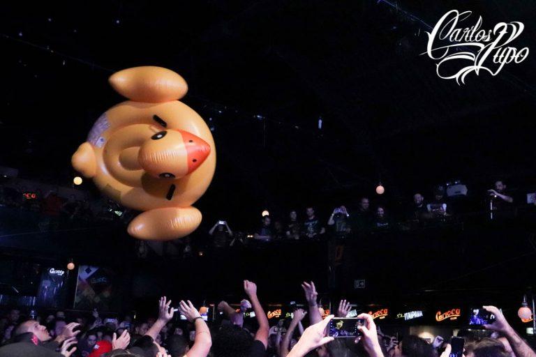 A Banda Surra termina o show com enorme pato inflável