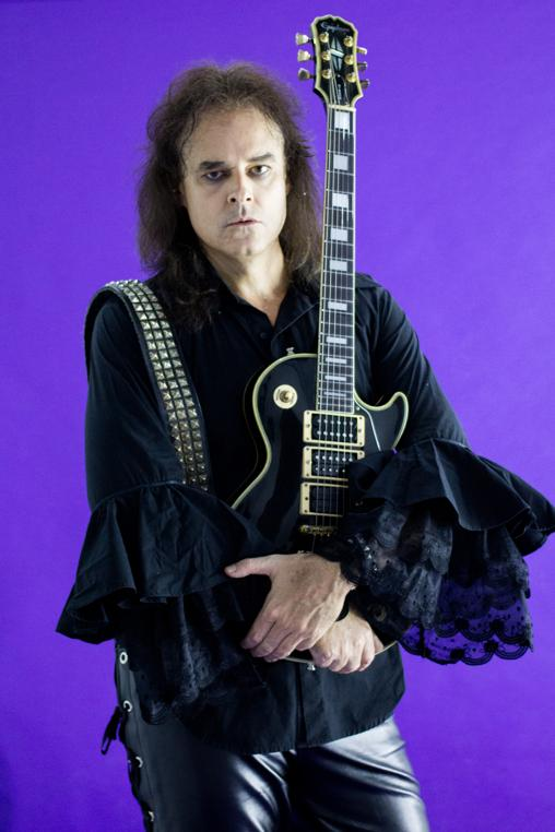 Rodrigo Roviralta, vocalista, guitarra e principal compositor,