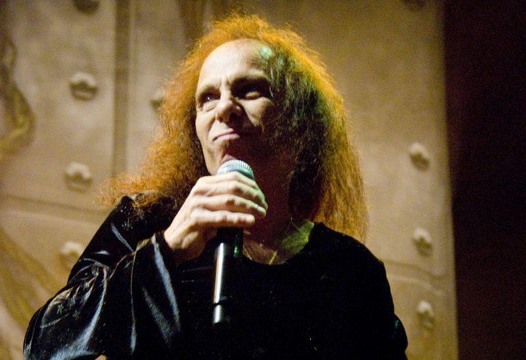 "Ronnie James Dio: editora divulga trecho de ""Rainbow in the Dark"", autobiografia do cantor"