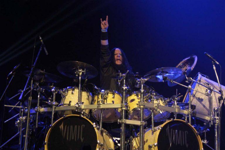 Joey Jordison, baterista co-fundador do Slipknot, morre aos 46 anos