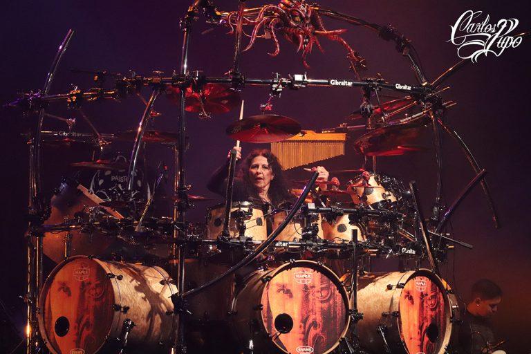 A baterista, compositora e produtora de eventos Vera Figueiredo durante apresentação do 1º Aquiles Priester Drum Festival