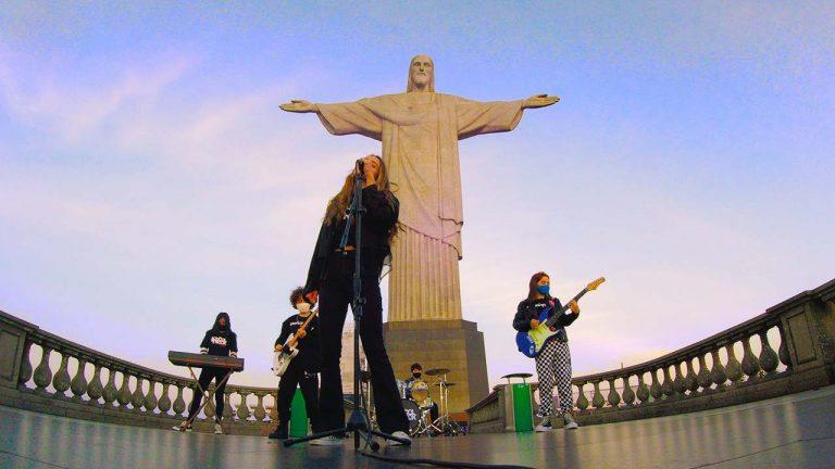 Banda formada por jovens músicos tocou clássico de Rita Lee aos pés do monumento