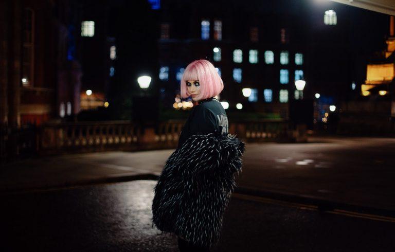 De DJ a rock star, Amazonica testa novos limites com o álbum 'Songs From The Edge'